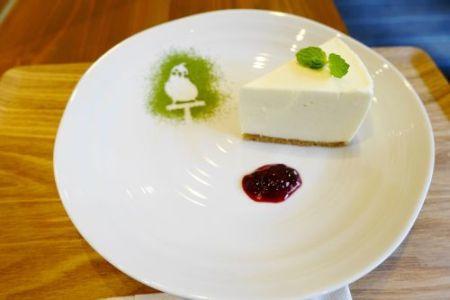 インコカフェ「LoveBird Cafe CHERRY」の鳥スイーツ「オカメインコのレアチーズケーキ」