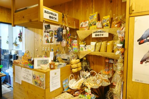 鳥茶かふぇTORIKOYAの鳥用フード、鳥用品コーナー