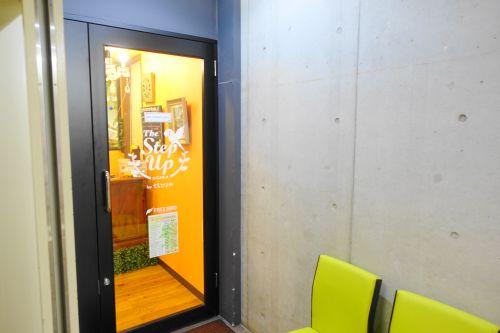 大阪心斎橋のインコカフェ「ザステップアップ大阪」のお店の入り口