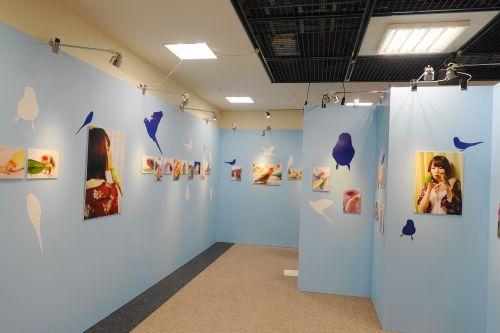 SKE48の高柳明音さんの写真展「I ♥BIRD ちゅりかめら in 横浜」のパネル展示の様子