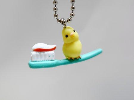 鳥ガチャ「インコと生活~朝のじゅんび編」の歯ブラシに乗るインコ