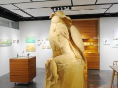 Bird Love Watchのメインとなっているセキセイインコと飼い主の巨大木彫り彫刻