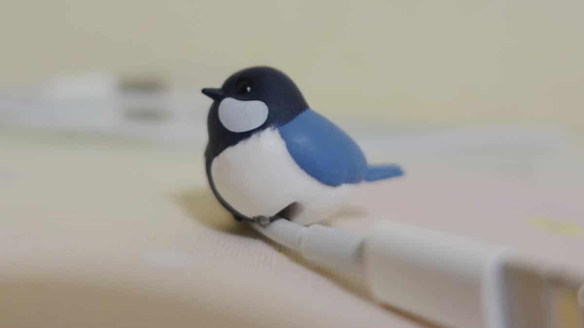 こーどの鳥さん3の四十雀(シジュウカラさん)をiPhoneケーブルに設置した様子